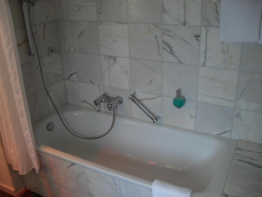 Badewanne Entsorgen Düsseldorf : Bild quot gro?e badewanne zu lindner congress hotel