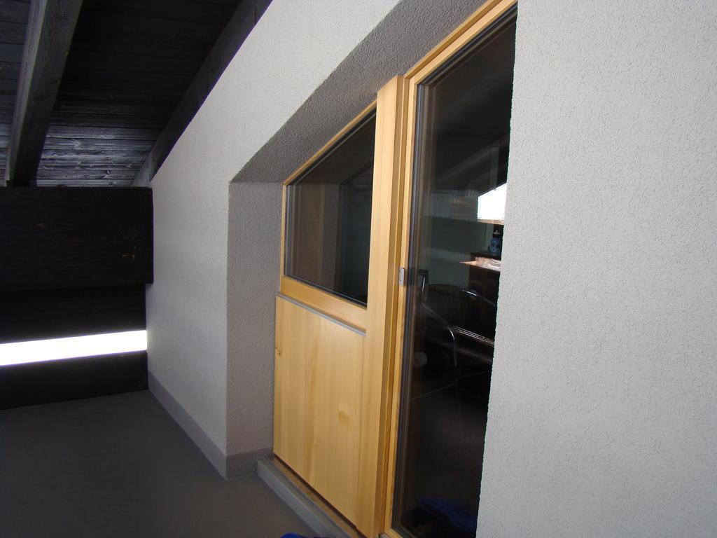 bild neue balkont r fenster zu familienhotel gorfion in triesenberg. Black Bedroom Furniture Sets. Home Design Ideas