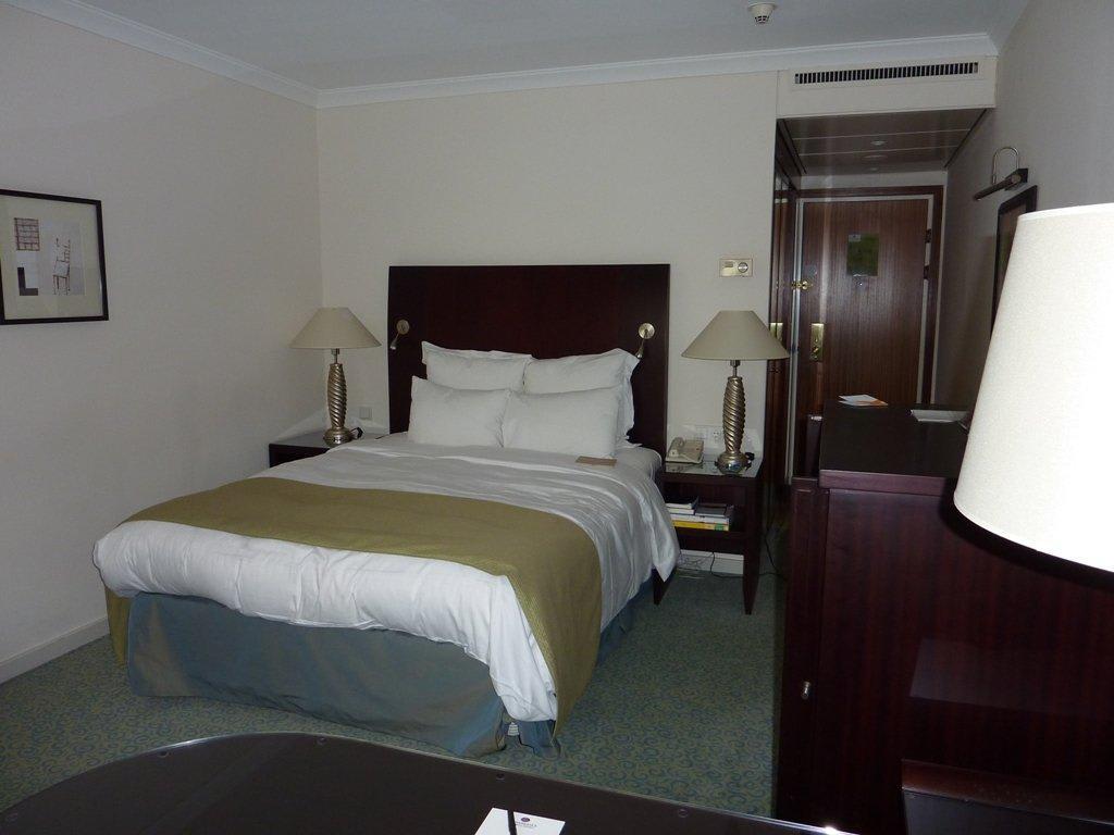 bild gem tliches bett mit ausreichenden kissen zu lindner hotel city plaza in k ln. Black Bedroom Furniture Sets. Home Design Ideas