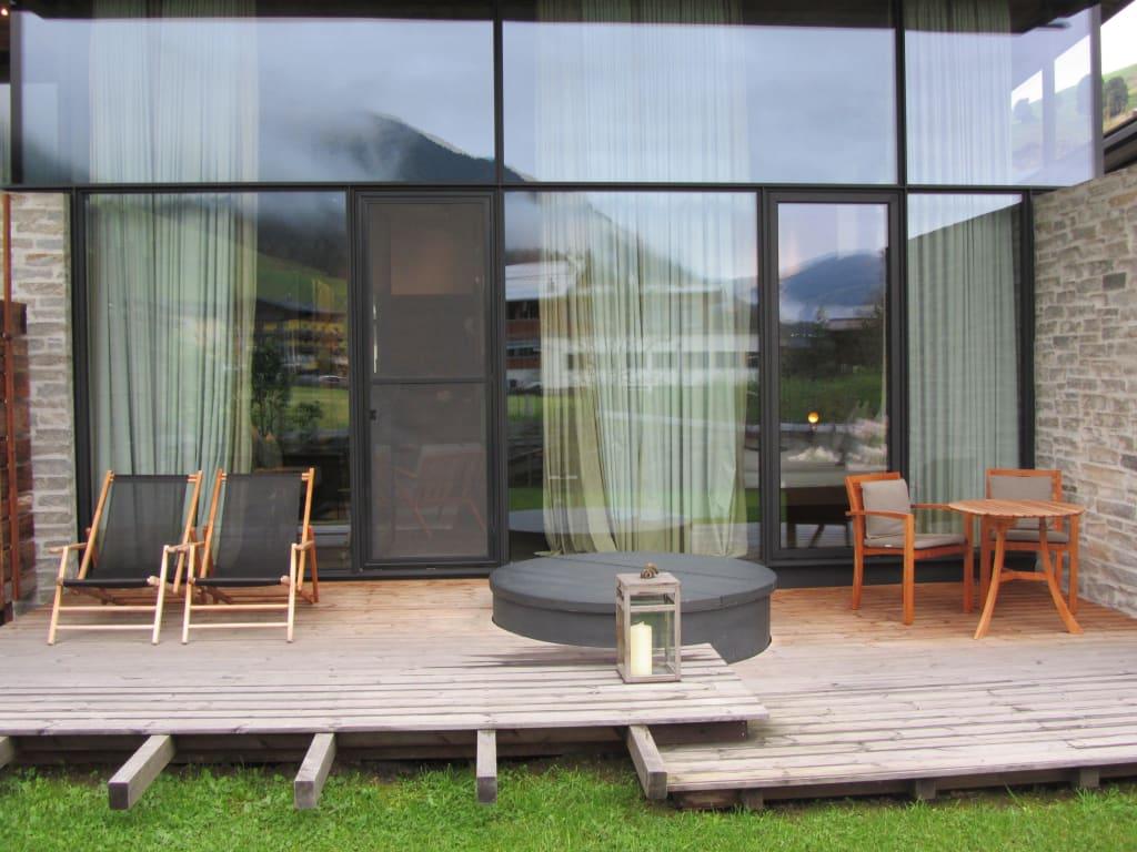 Bild gartensuite terrasse mit hotpot zu designhotel for Designhotel wiesergut