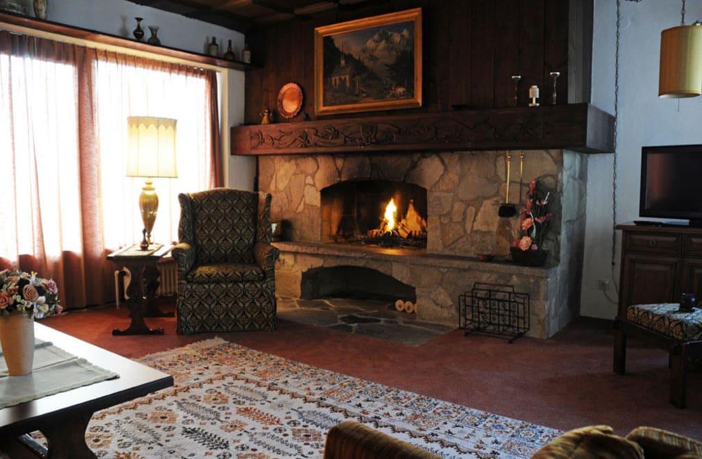 bild lux wohnung 1 wohnzimmer mit kamin zu landhaus waidmannsheil in seefeld. Black Bedroom Furniture Sets. Home Design Ideas