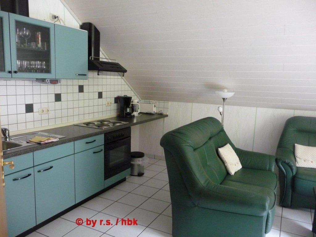 wohnzimmer mit kuche zusammen raum und m beldesign inspiration. Black Bedroom Furniture Sets. Home Design Ideas