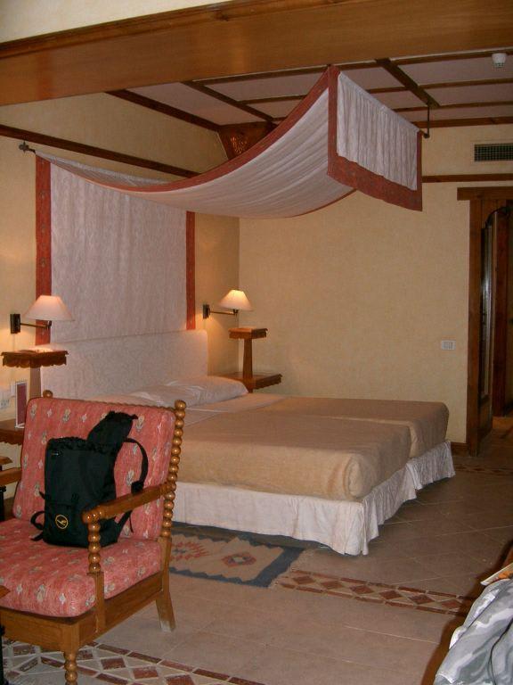 bild bett mit baldachin im standard dz zu hotel grand resort in hurghada. Black Bedroom Furniture Sets. Home Design Ideas