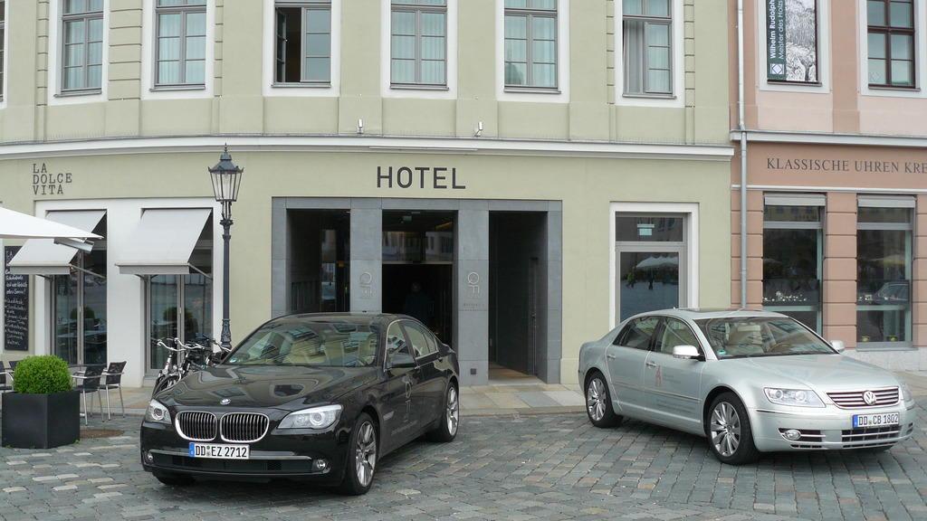 bild der eingang zum hotel vom neumarkt aus zu qf hotel dresden an der frauenkirche in dresden. Black Bedroom Furniture Sets. Home Design Ideas