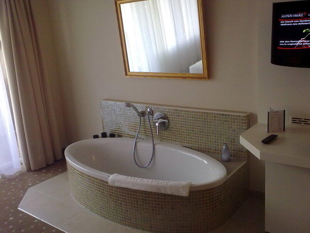 bild freistehende badewanne zu hotel alpen herz in ladis. Black Bedroom Furniture Sets. Home Design Ideas