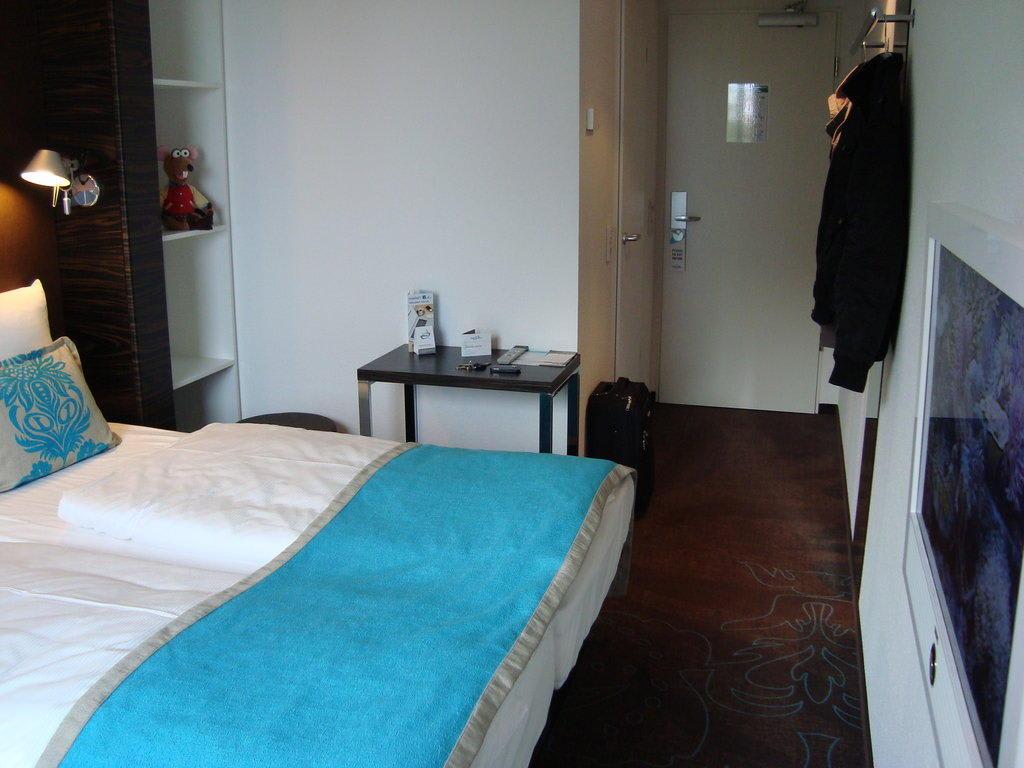 bild zimmer mit mini schreibtisch zu motel one hamburg. Black Bedroom Furniture Sets. Home Design Ideas