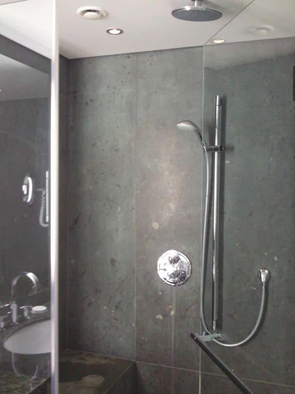 """Dusche Mit Sitzbank : Bild """"Dusche mit Sitzbank aus Marmor"""" zu Kempinski Hotel Berchtesgaden"""