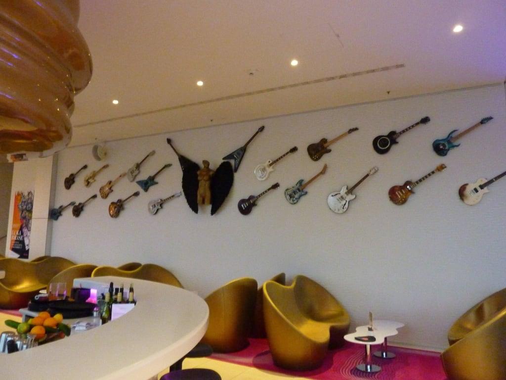 bild gitarren deko in der bar zu nhow berlin in berlin. Black Bedroom Furniture Sets. Home Design Ideas