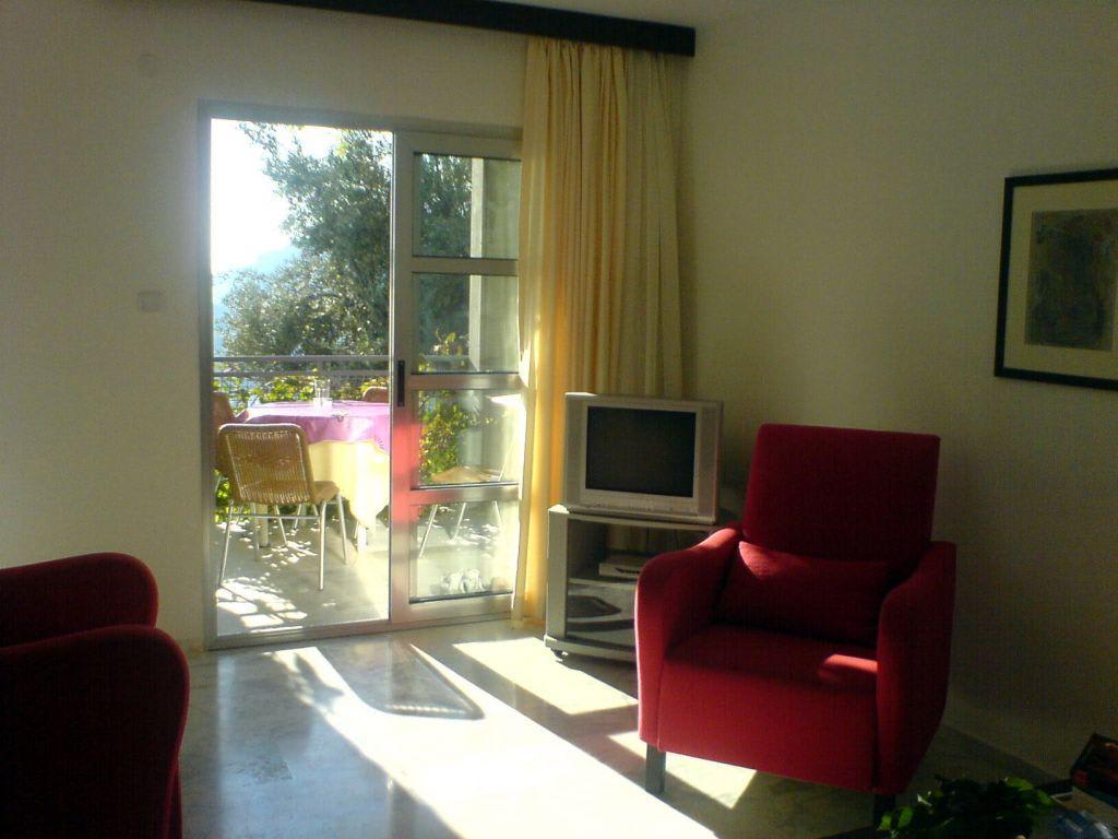bild sch nes wohnzimmer mit gro em fernseher und dvd zu viverde hotel loryma in turunc. Black Bedroom Furniture Sets. Home Design Ideas