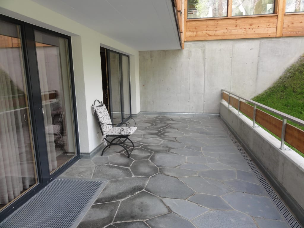 bild schattige beton terrasse mit einem stuhl zu chalet hotel sch negg in zermatt. Black Bedroom Furniture Sets. Home Design Ideas