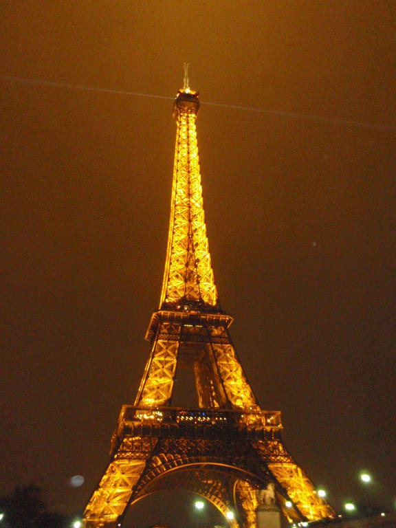 bild eiffelturm bei nacht zu eiffelturm in paris. Black Bedroom Furniture Sets. Home Design Ideas