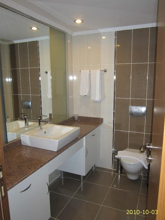Bild badezimmer modern eingerichtet zu hotel narcia for Bilder badezimmer modern