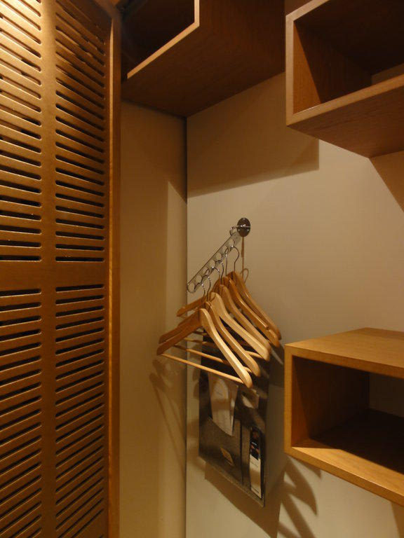 bild praktische aufteilung im kleiderschrank zu hotel yoho in hamburg. Black Bedroom Furniture Sets. Home Design Ideas