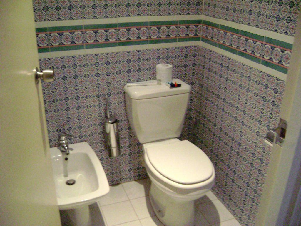 bild toilette getrennt vom badezimmer zu one resort. Black Bedroom Furniture Sets. Home Design Ideas