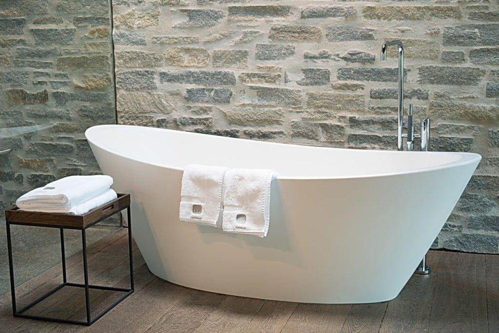 bild freistehende badewanne im zimmer mit oberlicht zu designhotel wiesergut in saalbach. Black Bedroom Furniture Sets. Home Design Ideas
