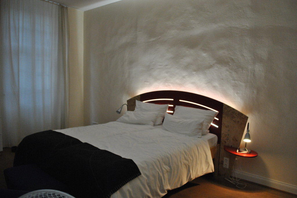 bild bett mit hintergrundbeleuchtung zu hotel zur alten br cke in heidelberg. Black Bedroom Furniture Sets. Home Design Ideas