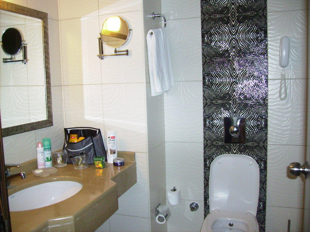 bild bad rechts die wanne mit dusche zu hotel aydinbey. Black Bedroom Furniture Sets. Home Design Ideas