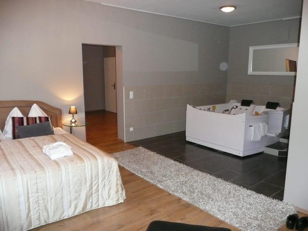 Bild jacuzzi suite schlafzimmer mit whirlpool zu bella for Hotel mit jacuzzi im zimmer nrw