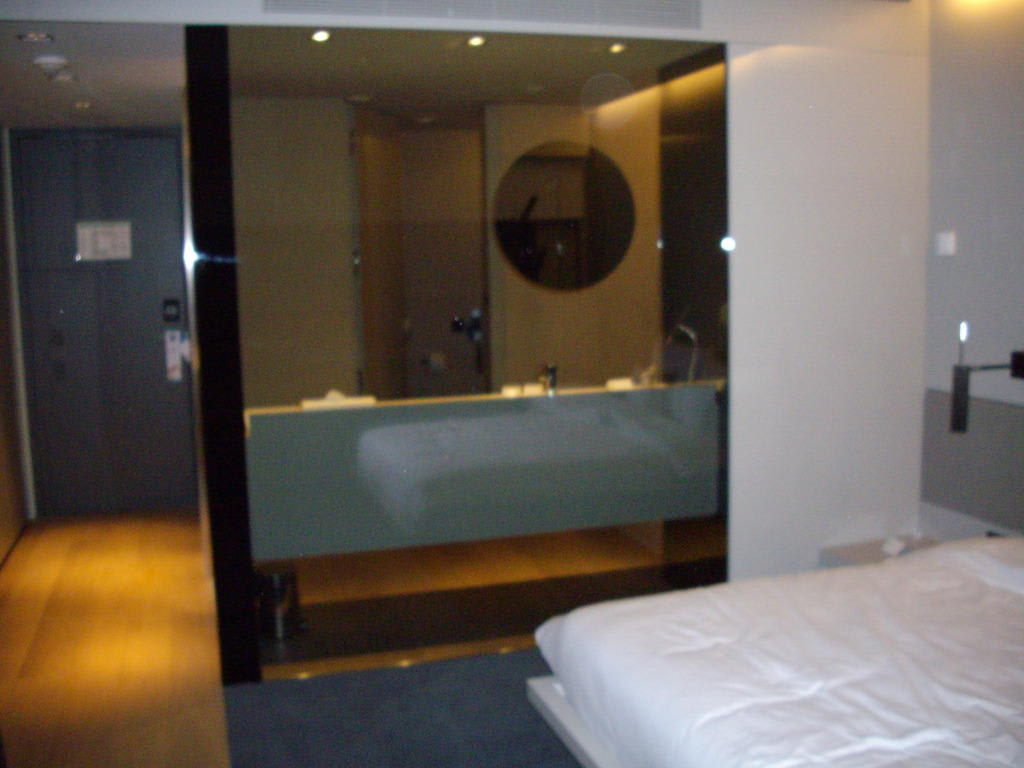 bild badezimmerwand aus glas zu sana berlin hotel in berlin charlottenburg wilmersdorf. Black Bedroom Furniture Sets. Home Design Ideas