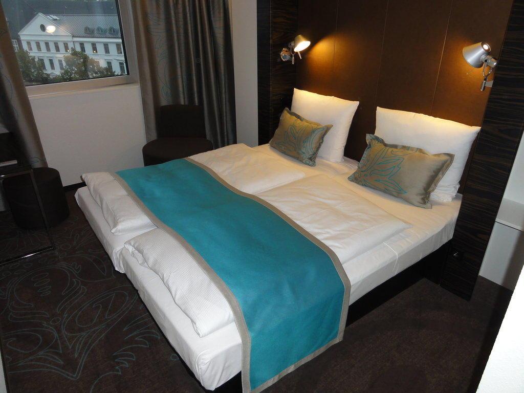 bild klein und fein zu motel one hamburg am michel in hamburg. Black Bedroom Furniture Sets. Home Design Ideas