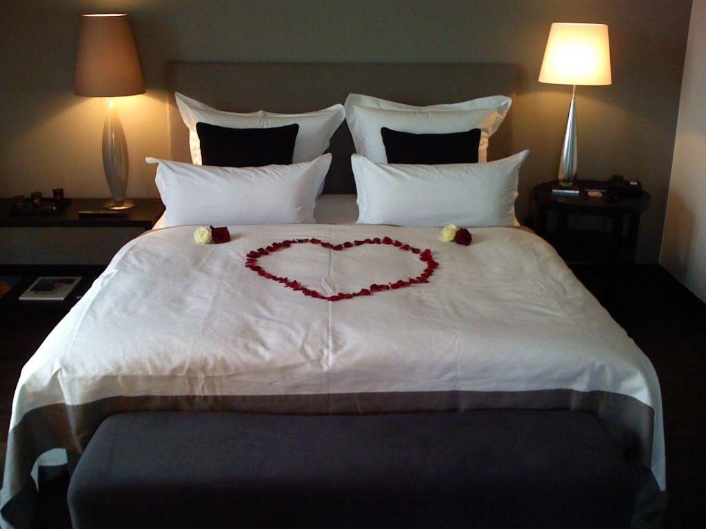 bild schlafzimmer zur hochzeitsnacht zu hotel ceres am meer in binz auf r gen. Black Bedroom Furniture Sets. Home Design Ideas
