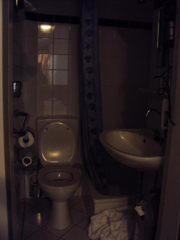bild badezimmer ohne fenster und abzug zu hotel centro. Black Bedroom Furniture Sets. Home Design Ideas