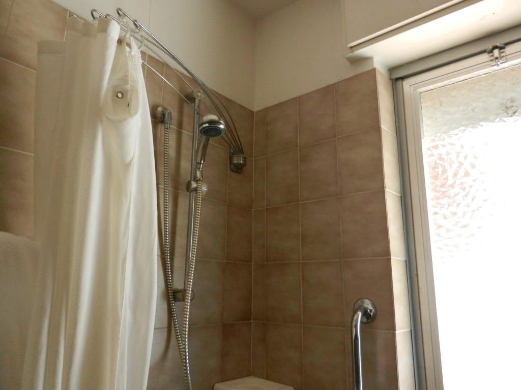 bild duschvorhang zimmer 315 zu hotel meridianus in lignano. Black Bedroom Furniture Sets. Home Design Ideas