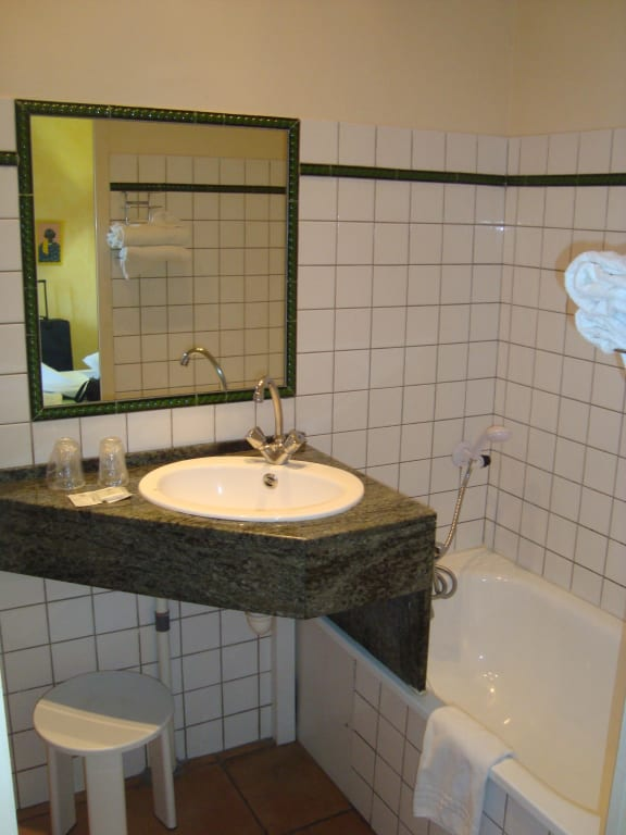 bad waschbecken und badewanne ohne vorhang bilder zimmer vert h tel. Black Bedroom Furniture Sets. Home Design Ideas
