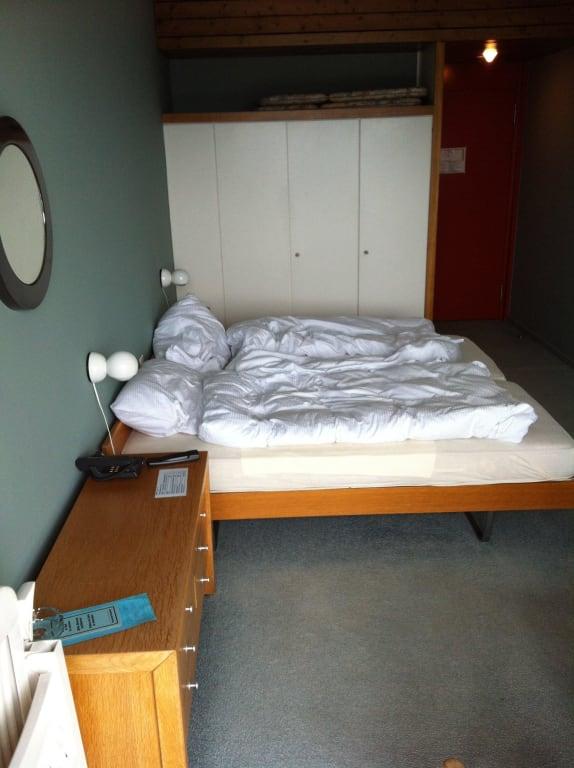 altes bett wie in einem kinderzimmer anno 1970 bilder zimmer hotel serpiano. Black Bedroom Furniture Sets. Home Design Ideas