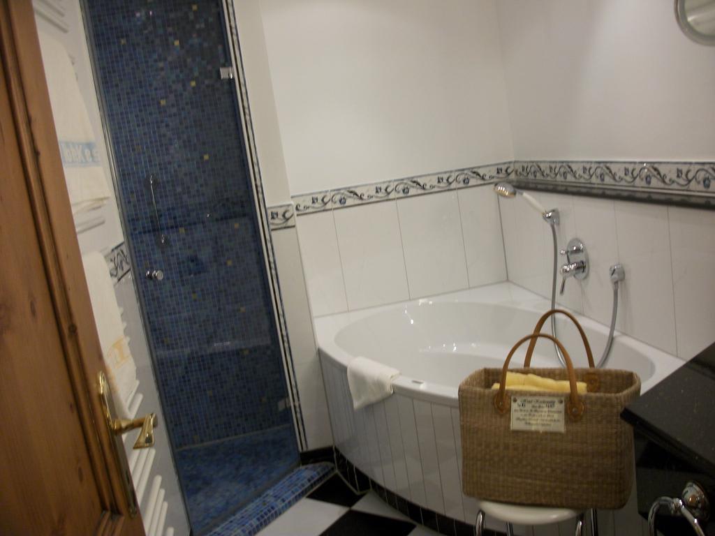 bild links bodentiefe dusche zu hotel kesslerm hle in. Black Bedroom Furniture Sets. Home Design Ideas