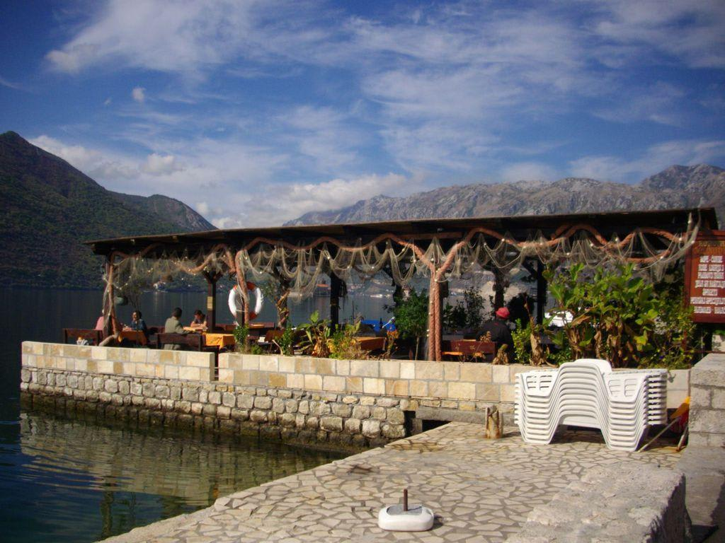 bild einfach aber romantisch zu hafen perast in kotor. Black Bedroom Furniture Sets. Home Design Ideas