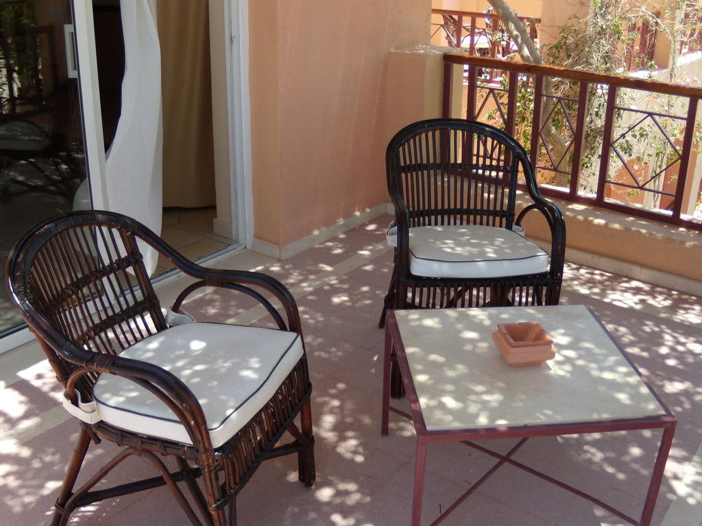 bild sitzgruppe balkon zu hotel iberotel makadi beach in makadi bay. Black Bedroom Furniture Sets. Home Design Ideas