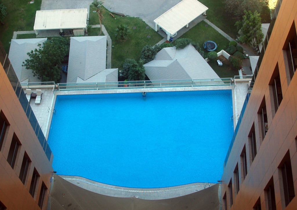 bild pool vom balkon zu gloria hotel dubai in dubai. Black Bedroom Furniture Sets. Home Design Ideas
