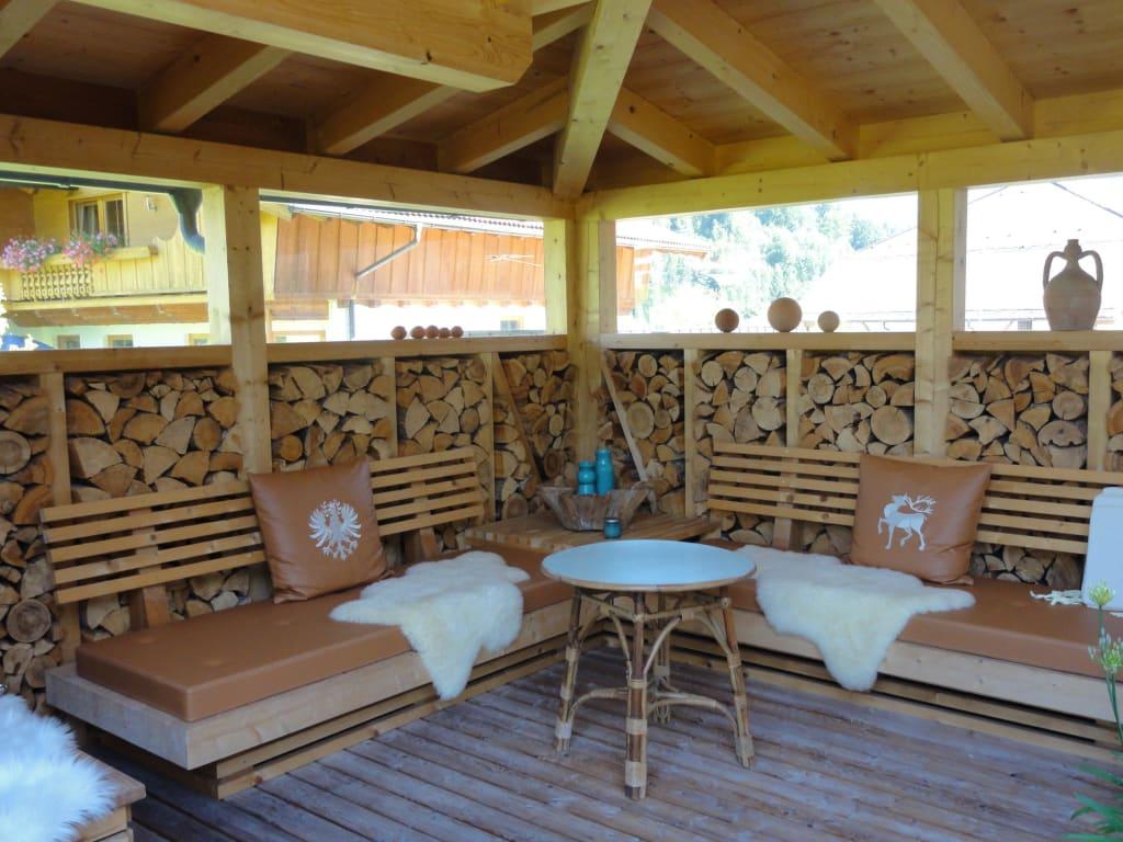 bild gem tliche sitzecke im garten zum erholen zu pension berghof garni in pertisau. Black Bedroom Furniture Sets. Home Design Ideas