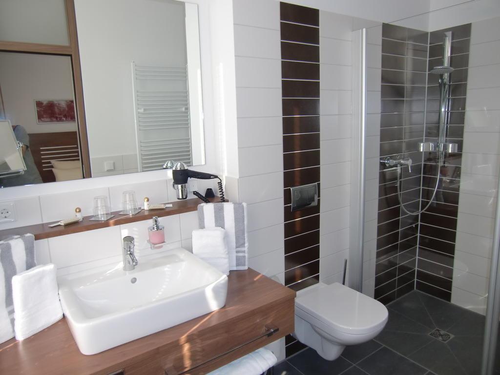 bild bad mit dusche zu hotel br hlerh he in erfurt. Black Bedroom Furniture Sets. Home Design Ideas