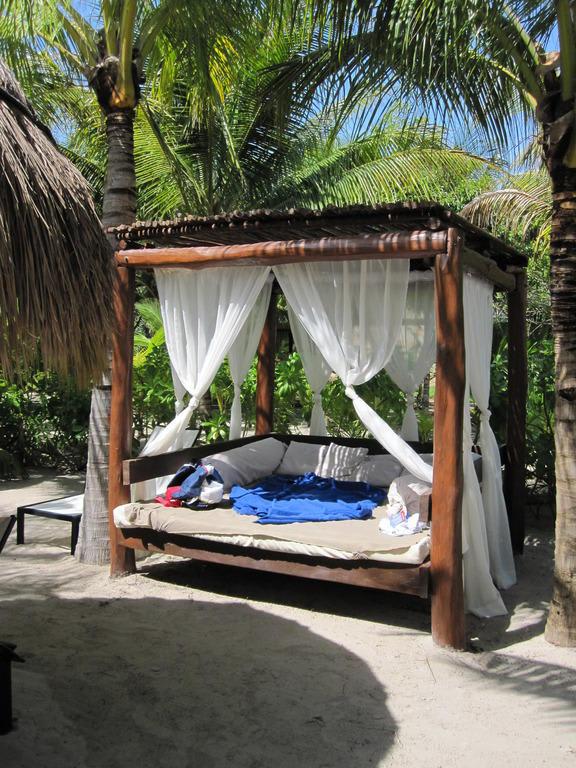 Bild bali betten am strand zu hotel the royal suites for Balinesische betten
