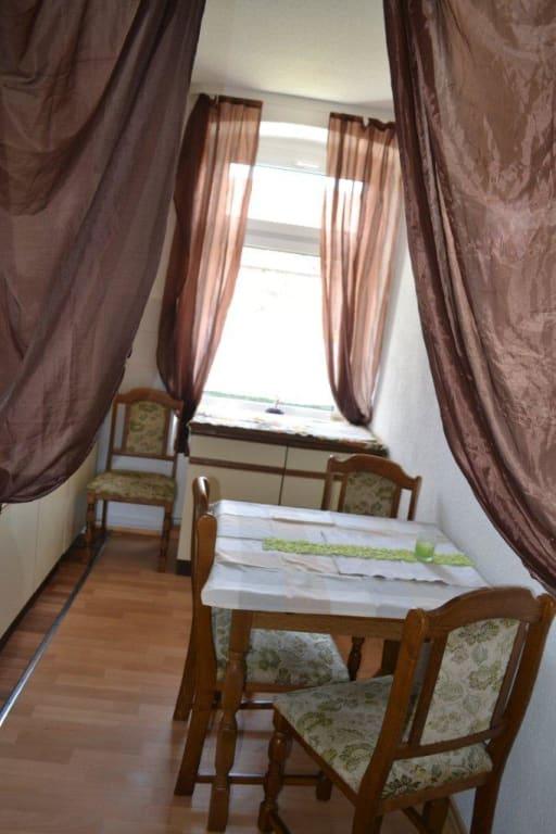 bild k che sitzgelegenheit und ausklappbarer tisch zu ferienwohnung gut geschlafen in hohe b rde. Black Bedroom Furniture Sets. Home Design Ideas