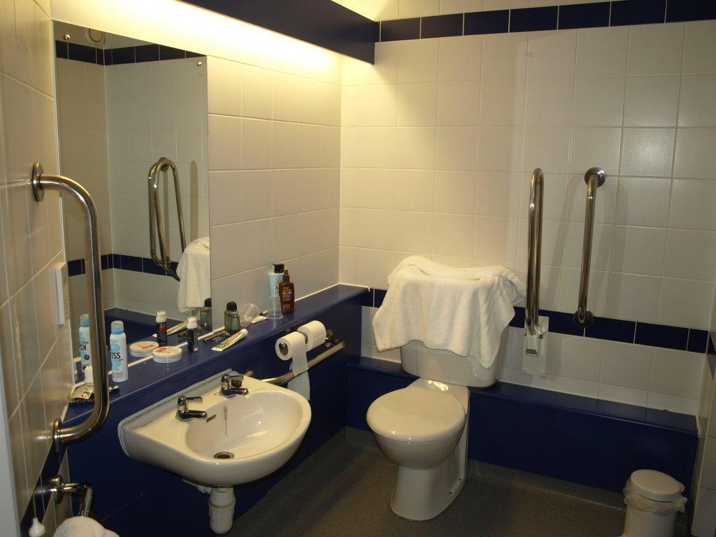 bild behindertengerechtes badezimmer zu hotel travelodge