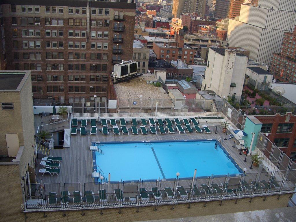 Bild Blick Vom Zimmer Auf Den Pool Zu Hotel Holiday Inn New York