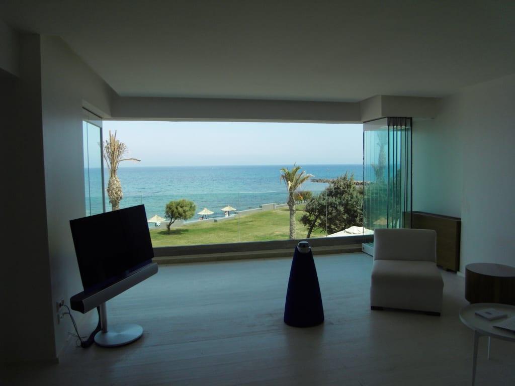 bild gro e suite offene fensterfront zu grecotel exclusive resort amirandes in gouves. Black Bedroom Furniture Sets. Home Design Ideas