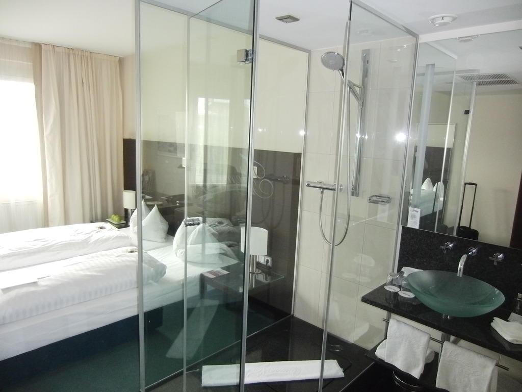 """Hotelzimmer Mit Dusche Im Zimmer : Bild """"Die gl?serne Dusche mitten im Raum"""" zu Fleming's Hotel Wien"""