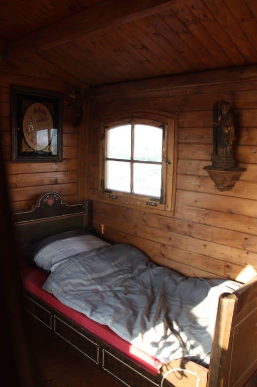 bild einrichtung in der almh tte zu skulpturengarten heaven 7 in m nchen. Black Bedroom Furniture Sets. Home Design Ideas