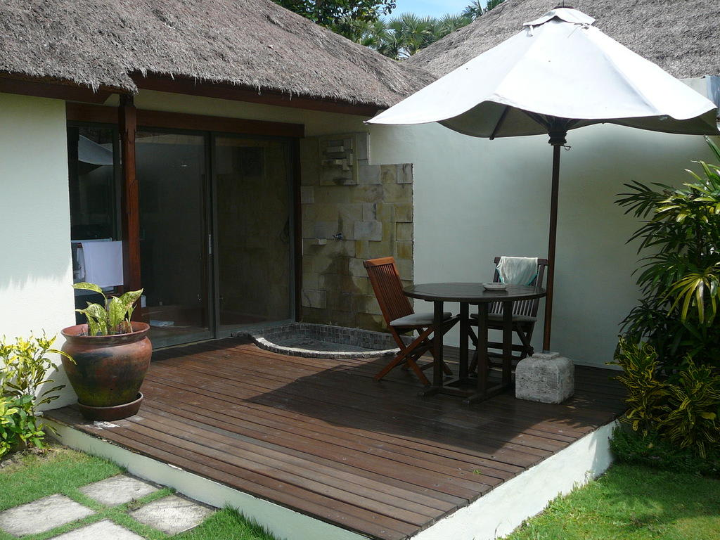 bild garten mit sitzecke zu hotel jimbaran puri bali in jimbaran. Black Bedroom Furniture Sets. Home Design Ideas
