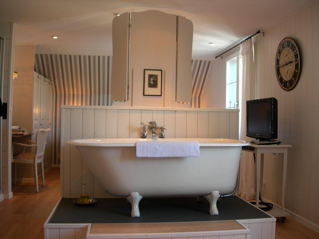 Bild freistehende badewanne in unserem zimmer zu for Freistehende badewanne bilder