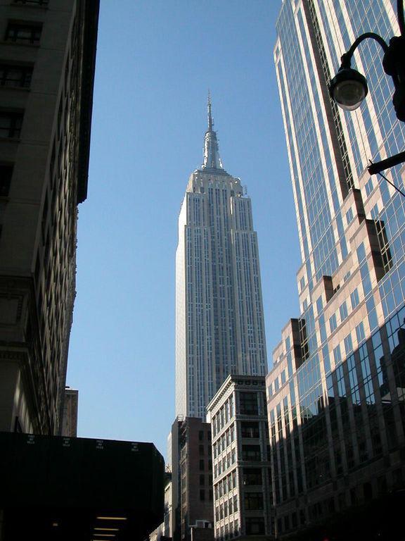 bild blick von unten zu empire state building in new york manhattan. Black Bedroom Furniture Sets. Home Design Ideas