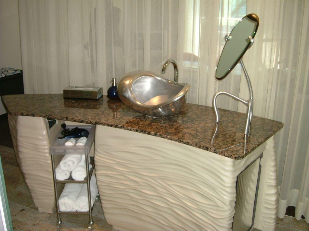 bild der ausgefallene waschtisch im hotelzimmer zu east hotel in hamburg. Black Bedroom Furniture Sets. Home Design Ideas