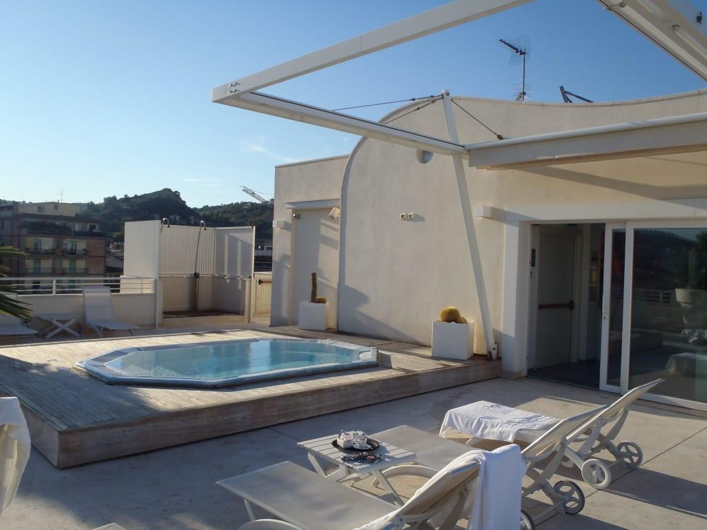 bilder grottamare whirlpool auf dachterrasse sicht nach hinten in marken italien. Black Bedroom Furniture Sets. Home Design Ideas