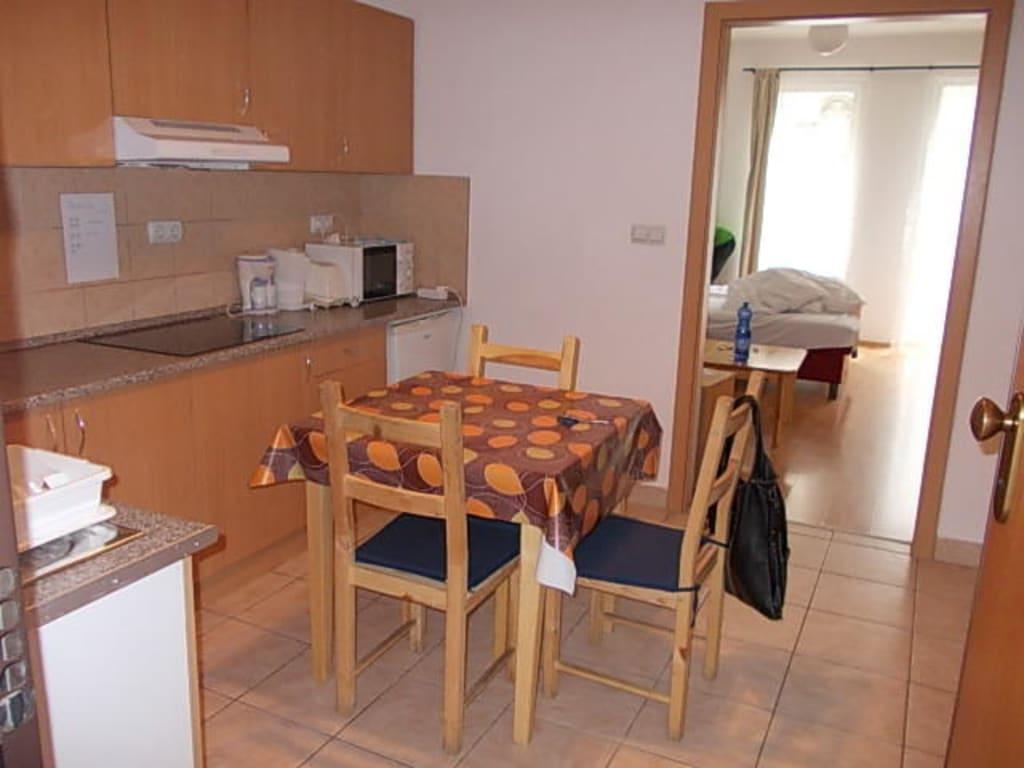 bild k che mit sitzgelegenheit zu aparthotel agape in. Black Bedroom Furniture Sets. Home Design Ideas