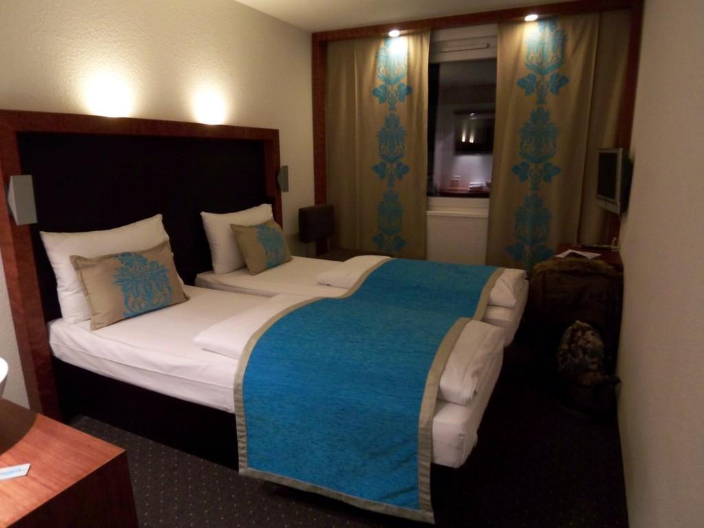 Bild doppelzimmer mit einzelbetten zu motel one for Motel one doppelzimmer