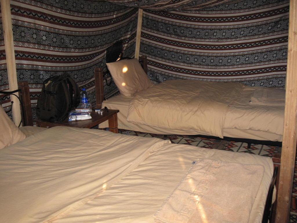 bild zwei bett zelt von innen zu 1000 nights camp in wahiba sands. Black Bedroom Furniture Sets. Home Design Ideas
